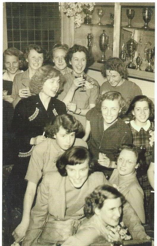 Dames 1 van hockeyclub Alliance uit Heemstede na het behalen van het kampioenschap in 1948. Hanneke Olthoff, Trees Nederkoorn, Anneke van Schagen [later Anneke van Doorn-van Schagen], Wil Herbermann, Lwida Honnebier, Dies Hitbrink, Lida Nederkoorn, Anneke van Turnhout, Miep Zwaneveld, Len van Turnhout, Joke Beelen en Lies Peerboom.