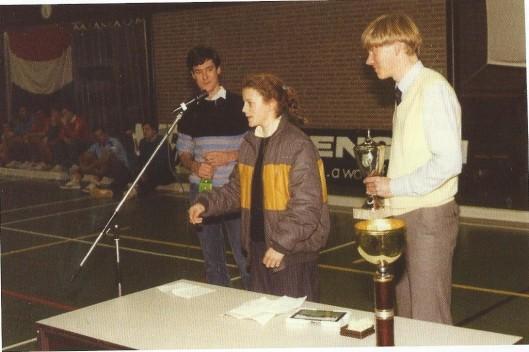 Jos Bekkers en Jan-Willem van Doorn reiken als organisatoren van het 5e internationale zaalhockeytoernooi in de Groenendaalhal van Heemstede de beker uit aan Annemieke Fokke