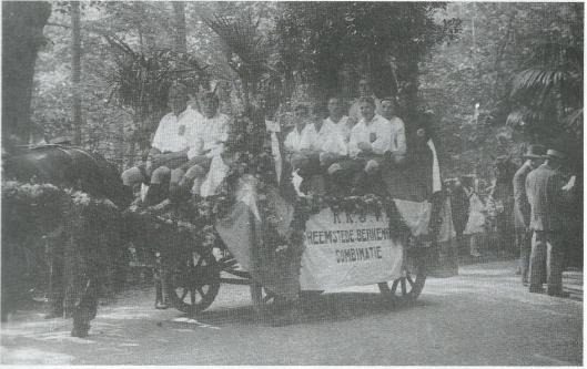 Rijtocht door Heemstede en Groenendaal na het behalen van een kampioenschap van Heemstede Berkenrode Combinatie (HBC) in de jaren twintig van de vorige eeuw