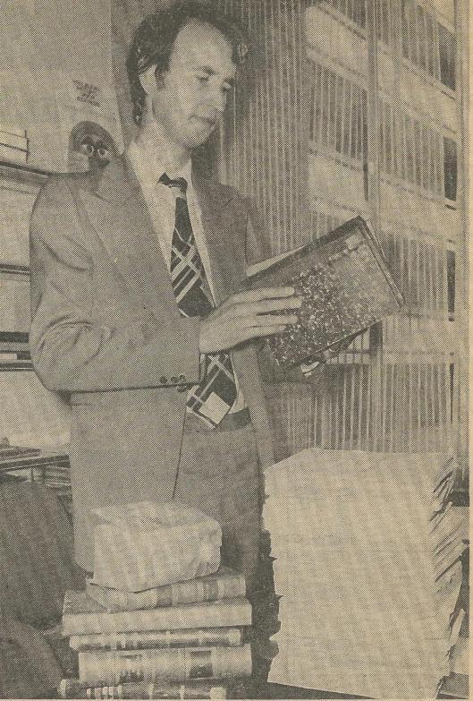 Hans Krol met een stapel uit de vuilcontainer geredde boeken. Uit: Haarlems Dagblad van 12 juli 1979.