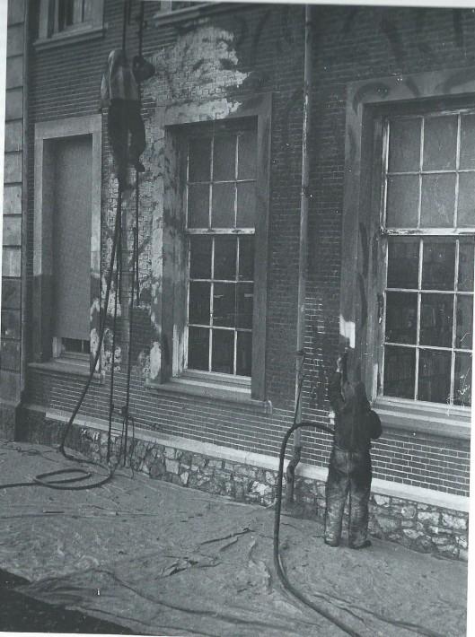 Het zandstralen van de gevel van Hageveld na de Duitse bezetting in juni 1945