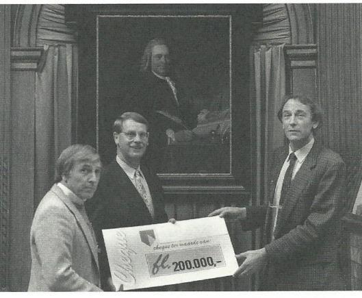 Hans Rombouts (links) en Hans Vermeulen, bestuursleden van de stichting Vrienden van Teylers Museum overhandigen aan directeur Eric Ebbinge een cheque met een waarde van 200.000 gulden voor de nieuwbouw