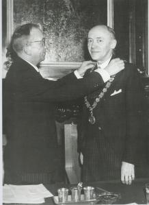 Installatie op 8 mei 1945 van M.A.Reinalda als waarnemend burgemeester van Haarlem