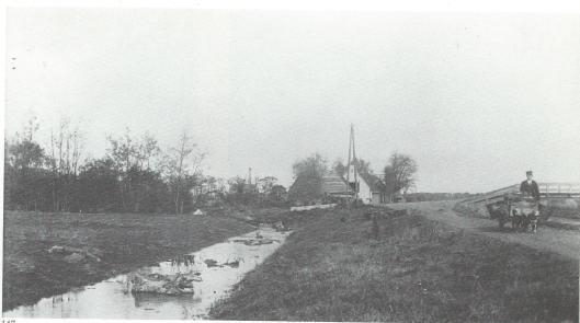 Een hondenwagen en rechts de Manpadsbrug over de Leidsevaart op een foto uit 19903