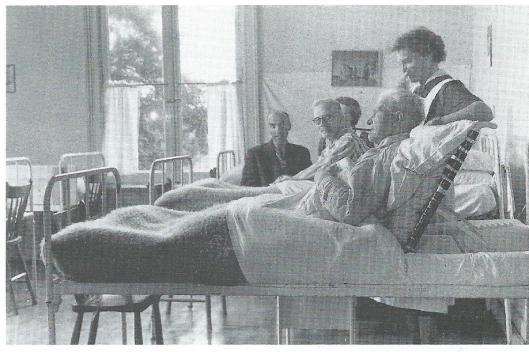 Een bewonerskamer van 'Unicum' alléén voor mannen. Ondanks beperkte ruimte en middelen werd gepoogd de patiënten in een huiselijke sfeer te brengen