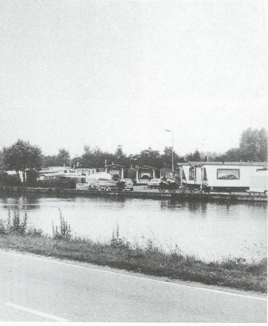 Foto uit begin jaren zeventig met het woonwagenkamp aan de Ringvaart in Heemstede