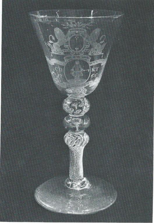 Glas met op de kelk in radgravure decoraties met betrekking tot de diaconie van Haarlem, 1765. Frans Hals Museum (bruikleen Ned. Hervormde Gemeente) (foto Ton Haartsen).