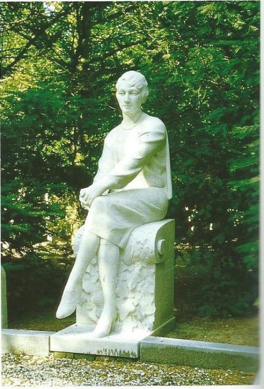 Grafsculptuur behorend bij het graf van de familie Van Lennep op de Algemene Begraafplaats in Heemstede. Op een mrmeren plaat zijn de bamen uitgehakt van diverse leden, onder meer jonkvrouw Jeanne Caroline van Lennep (Heemstede 23 maart 1898 - St.Theoffrey 1 april 1928, die is afgebeeld. Op rechter zijvlak van de bank waarop zij is gezeten met de naam van de maakster: M.Giraud-Rivière en op het linker zijvlak: 'en souvenire de Jeanne van Lennep'. Provinciaal monument.