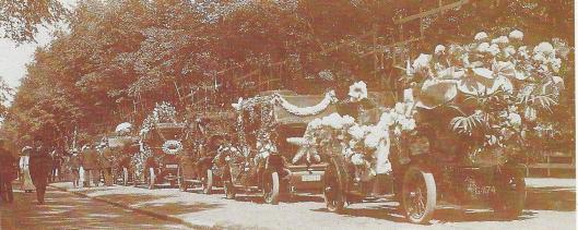 Ter gelegenheid van de bloemententoonstelling van 1910 vond een bloemencorso plaats die op deze foto de Dreef passeren.