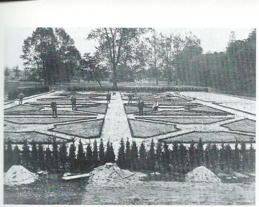 Foto van de voorbereidingen in 1925 met de aanleg van bloemperken naar een ontwerp van architect Korringa