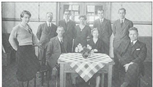 Het onderwijzend personeel van de Nicolaas Beetsschool in 1932 met mej. Koopmans, hr. Moedema, hr. Van Noppen, mej. Keune, hr. Florussen, hr. Van Wijk, hr. Kijne, mej. Vossers en hr. de Jong (Uit: reünieuitgave Nicolaas Beetsschool 7 mei 1983)