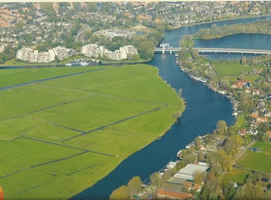 Zicht op Spaarneborch, door Piet Koster uit Heemstede ontworpen appartementencomplex. Noordelijk daarvan het Spaarne ziekenhuis. Verder het Spaarne en de Spaarnebrug: Heemstede verbindend met Haarlem-Schalkwijk