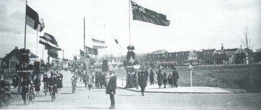 Entree naar de FLORA-tentoonstelling aan de Molenlaan in Heemstede in 1925, uitbundig versierd met vlaggen.