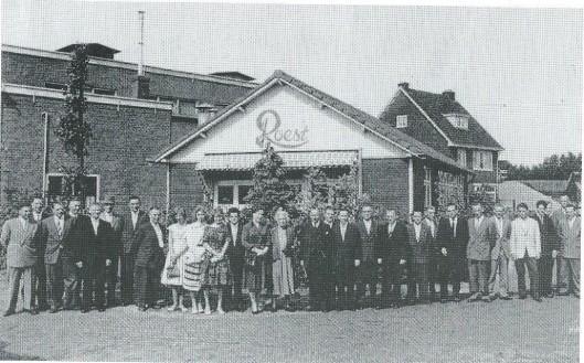 Het pluimveevoederbedrijf J.Roest aan de Kanaalweg in Heemstede was na de Tweede Wereldoorlog een begrip. De reclameleus luidde: 'Door roest tot goud'. De firma is overgegaan naar J.W.Lenderink en na diens overlijden in 1953 naar mej. W.Lenderink. Vervolgens opgegaan in Bertels' veevoeder uit Amsterdam. In het midden staat mevrouw Bertels, rechts haar echtgenoot en links van beiden hun dochter. Op de achtergrond is het huis zichtbaar van zand- en transportbedrijf De Jong, nabij de Zandvaart.