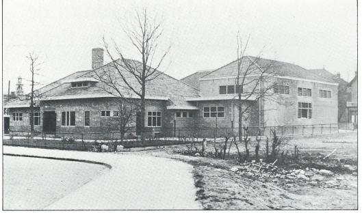 De verbouwde Nicolaas Beetsschool anno 1931 tussen de Bosboom Toussaintlaan en Voorweg met op de linker achtergrond het torentje van de Hervormde Kerk aan het Wilhelminaplein.