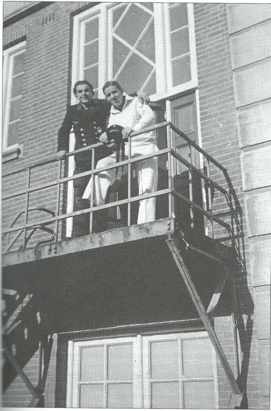 Vanaf 1942 was de Duitse 'Kriegsmarine' met haven in IJmuiden op Hageveld gelegerd. Op deze foto poseren twee Duitse bezetters