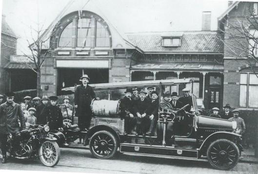 De nieuwe Magirusspuit in 1924 op de Binnenweg voor de luxe autocentrale van Bouvy (later garage Peters, waar zich tegenwoordig de HEMA bevindt) De twee politieagenten zijn W.Schoo (motor) en C.W.Schimmel (zijspan), De heer Spijksma was chauffeur van Bouvy én van de brandweerwagen. Verder konden worden achterhaald gemeentesecretaris A,Swolfs en commandant J.Schelling en van de vrijwillige brandweer: J.Oom, de Zwart, Jan Neeskens, J.Verzijlbergen en De Wilde.