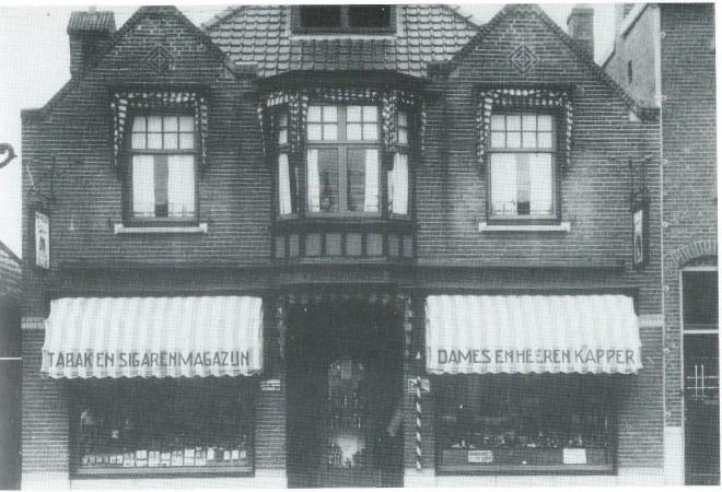 Zeer veelzijdig was de firma F.Oosterhoorn, in het uit 1910 daterende pand Raadhuisstraat 6, omvattende: dames- en herenkapsalon en manicure (achter), parfumerieën, byouterieën, lederwaren (rechts) en een tabakswinkel (links) en ten slotte een bekende begrafenisonderneming. Dochter Tinekje Oosterhoorn kijkt vanuit de woonkamer boven (midden) naar buiten. Zij herinnert zich dat het altijd gezellig was en vooral op zaterdagavond soms net een sociëteit. Later vestigde zich hier een reisbureau.