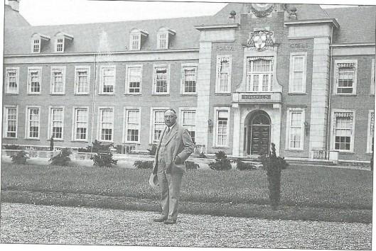Aannemer C.A.M.Jonckbloedt uit Heemstede poserend voor het voltooide seminariegebouw van Hageveld