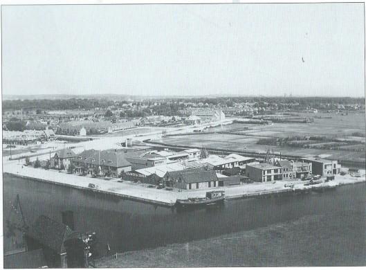 De haven aan de Heemsteedse Dreef die via het in 1916 aangelegde Heemsteedse Kanaal op het Spaarne aansluiting gaf. Hier op een foto uit 1930. De naakte gronden van de Componistenwijk, vroeger 'de Schouwbroeker)polder' genoemd, moeten nog bebouwd worden, evenals de huizen aan de Dreef. Op de achtergrond ligt de pas gereedgekomen Dreefschool. Aan de horizon is de Sint-Bavokathedraal van Haarlem te zien. Aan de Havenstraat zien we het blok huizen 53-63. Daarachter de timmerfabriek van Collet (1927; in 1939 vestiging van asbestfabrief Nebafas. Aan de Havenstraat verder de bedrijfsgebouwen van kolen- en oliebedrijf Teeuwen, overgaand in de Kanaalweg met wisselende garages/bedrijven.