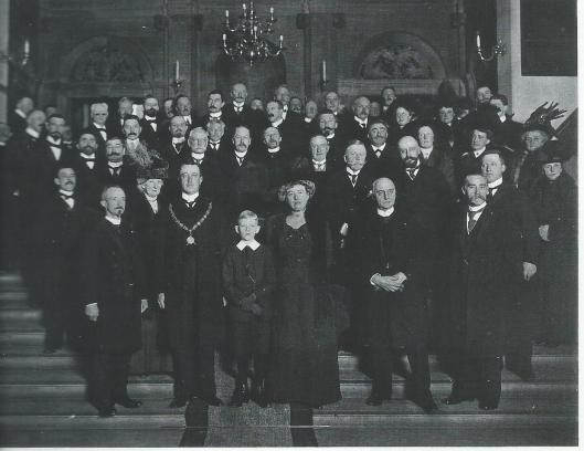 Installatie van burgemeester jhr.mr.W.B.Sandberg als burgemeester van Haarlem. Poserend met zijn familie en gemeenteraad op het bordes van de Gravenzaaal.