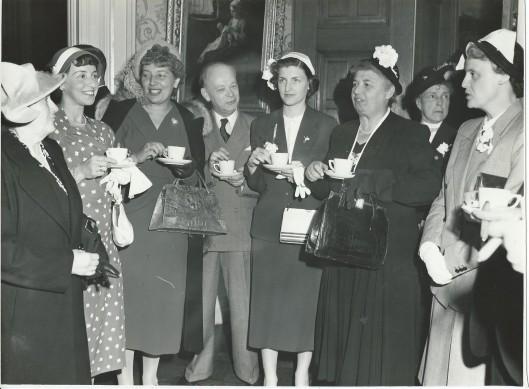 Mary Pos, derde van links, vermoedelijk bij een ontvangst in Den Haag