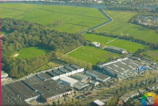 Cruquiusweg en industriecomplex (garages e.d) en sportcomplex Heemstede Berkenrode Combinatie (HBC). Noordelijk het Zuiderbuitenspaarne