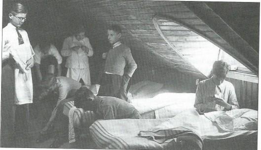 Een slaapzaal op de zolder van huize Crayenest tijdens de oorlog met rechts Frans Wüst (Uit: Jaarboek 2006 Hageveld)