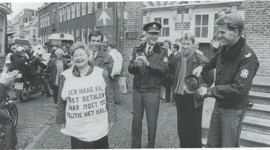 15 november 1988: burgemeester demonstreert mee bij het stadhuis om meer geld voor de gemeentepolitie. Hoofdcommissaris Straver applaudiseert