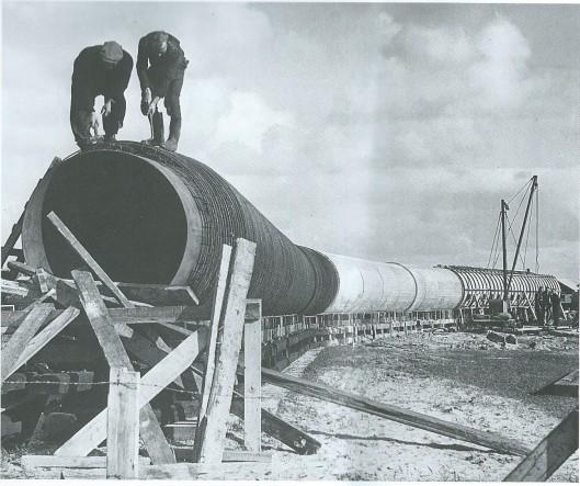 In 1953 is een waterleidingbuis van Jutphaas in de provincie Utrecht naar Uitgeest in Noord-Holland aangelegd. Het eerste gedeelte, een stuk van vijftig meter lang en twee meter doorsnee, werd bij Heemstede klaargemaakt. De leiding kwam te liggen in de Amstel, de Ringvaart van de Haarlemmermeerpolder en de Leidsevaart en is aangelegd om met Rijnwater de duinen te behoeden voor uitdroging.