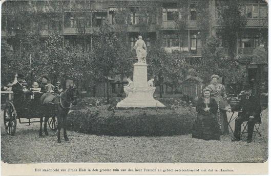 Duplicaat van het standbeeld van Frans Hals dat in een tuin van de heer Fransen is geplaatst.