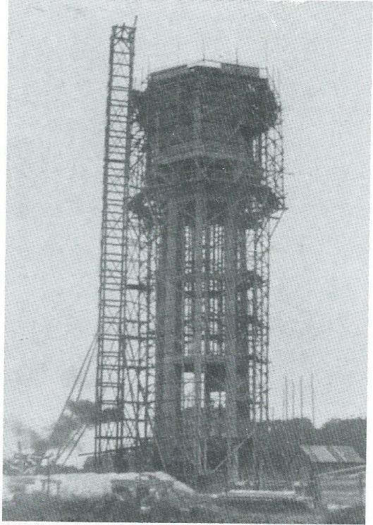 Bouw van de watertoren in 1910 in opdracht van de gemeente Heemstede maar een ontwerp van jhr.A.Holmberg de Beckfeld c.i. te Amsterdam [die ook de watertoren van Alkmaar ontwierp] en onder hoofdleiding van J.van Hasselt, ouddirecteur van Publieke Werken in Amsterdam. De ruim 43 meter hoge toren staat op een achthoekige plattegrond. Het hoogtereservoir kon 460 kubieke meter bevatten. Vijf jaar nadien is een pompgebouwtje toegevoegd.