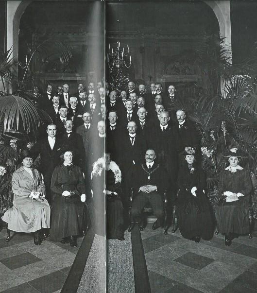 Installatie van burgemeester C.Maarschalk 16 juni 1919. Op de eerste rij staande helemaal links mr.J.B.Bomans en verder Joh. de Breuk, N.J.E.Heerkens Thijssen, A.Bruch en gemeentesecretaris D.J. Wytema