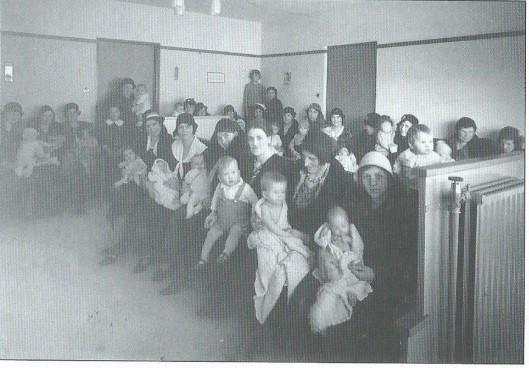 De medische zorg is voor zover het een overheidstaak betrof, zeer bevorderd door wethouder en huisarts E.A.M.Droog. Op deze foto uit 1935 een momentopname van Heemsteedse moeders en kinderen in het Gezondheidshuis aan de Lieven de Keylaan.