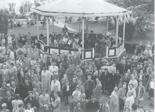 Op het voorplein van het raadhuis zijn vele malen feestelijke bijeenkomsten geweest, o.a. met Koninginnedag. Deze foto dateert uit omstreeks 1960 met de oude verrijdbare muziektent.