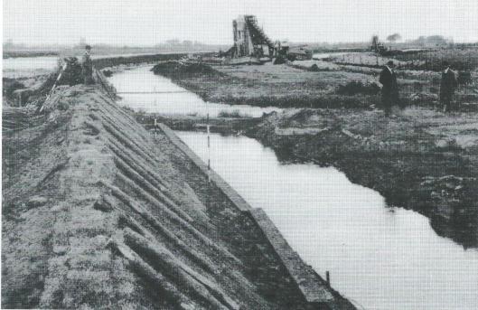 Na de eerste voorbereidingen in 1913 is het Heemsteedse Kanaal in 1916 aangelegd van het Spaarne naar de toenmalige gasfabriek - met een kwakel tegenover Hageveld - In 1921-1922 volgde haven voor scheepvaartkwartier ter lengte van 90 meter en breedte van 41 meter.