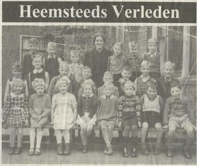 In de Heemsteedse Courant van 10 oktober 2001 is bovenstaande foto van A.van Keulen gepubliceerd met een klassefoto uit 1942 van de Voorwegschool en de afgebeelde Jaap van Wijngaarden tijdens een luchtaanval IN 1944 op de Cruquiusweg in Heemstede omkwam. We zien v.l.n.r.: Thea Warmerdam, Nelly Witte, (?), Miep Diekmans,, (?), Willie Vervloet, Kees van Bakel, (?). Tweede rij: Jan den Herder, Jan Bouwman, Cor van de Vlies, Arnold Leuven, (?), Kootje van de Putte, Asdriaan Serwijs. Derde en boveste rij: Fred van Keulen, Jaap van Wijngaarden, Carel Koese, juffrouw Peetoom, Van Gorkum, Wim Krabbe, Nico Meyer. Twee kinderen uit de klas ontbreken, namelijk Leida Britzel en de eveneens 29 maart 1944 omgekomen lOESJE bEERS.