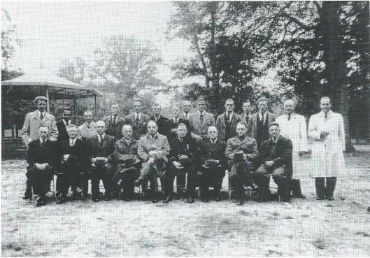 Deze foto is op 15 juli 1948 gemaakt bij de muziektent in het wandelbos Groenendaal ter gelegenheid van het zilveren jubileum van brandmeester Johannes Verzijlbergen. Afgebeeld zijn v.l.n.r.: R.Abrahams, W.Driessen, A.Deelissen, P.Neeskens, W.Schuilenburg, W.v.d.Eem, N.Draijer, G.de Raadt, T.Neeskens, H.Zwart, S.v.d.Eem, J.Stijnman, A.Hoenderbos, F.Kaptein. Verder zittend v.l.n.r.: T.Duindam, J.Vester, G.Neeskens, C.Büthker, ir.R.Spijksma (commandant), jubilaris J.Verzijlbergen, gemeenteambtenaar E.Veddder, de heer Bos, adj.directeur van openbare werken en A.A.Leuven.