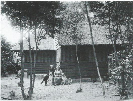 Het kunstenaarsechtpaar Herman en Jo Kruyder-Bouman woonde na Heemstede van 1922 tot 1927 in een eigen gebouwd huis in de Sparrenlaan te Bennebroek. Hier op een foto uit 1924.
