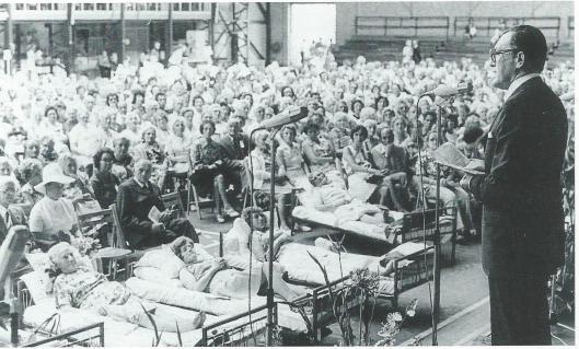 Burgemeester dr.L.de Gou opende in 1974 een bijeenkomst in de Kennemer Sporthal bij gelegenheid van het 25-jarig bestaan van De Zonnebloem