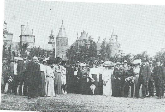 Excursie van de Vereniging Haerlem naar het kasteel de Haer in Haarzuilen in 1906 met o.a. J.Krol Kzn.