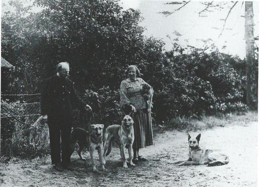 Herman Kruyder en zijn echtgenote met hun twee honden in Bennebroek