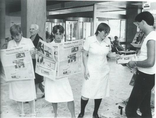Verpleegkundigen van de Mariastichting lazen in 1982 in de hal van het ziekenhuis over de dreigende sluiting in Haarlem.