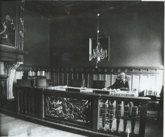 Burgemeester mr.E.A.Iordens in zijn werkkamer in 1891