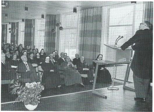 In 1960 kreeg aannemer J.P.A.Nelissen opdracht een verpleegstersinternaat te bouwen. Twee jaar later is het gebouw, dat plaats bood aan 132 leerling-verpleegkundigen, opgeleverd. De inzegening en opening van het nieuwe zusterhuis CLIO vond plaats in december 1962. Rechts spreekt dr.H.H.H.Neyens, geneesheer-directeur van 1958 tot 1978