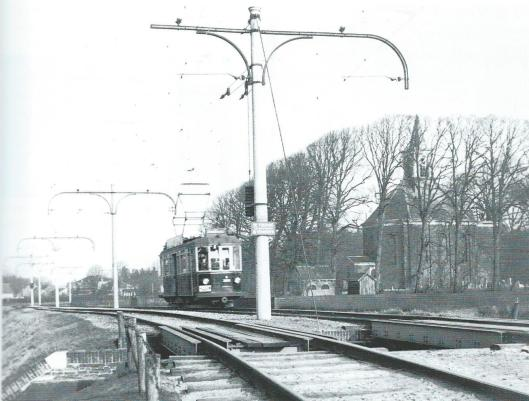 De electrische tram in Bennebroek achter Hervormde Kerk. Tot 1932 had hier de stoomtram gereden. Over de brug werd de Binnenweg naar Heemstede en ten slotte Haarlem gevolgd.