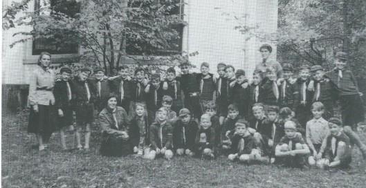 In 1936 werd scoutinggroep 'De Heemsteedse Trekkers' opgericht. Deze groepsfoto dateert uit 1960 en is genomen bij het toenmalige honk voor de koepel van Groenendaal. Vooraan links zittend akela Lies Visser, verder 2 kortstondige leidsters en 32 padvinders (welpen), onder wie Wolter Gratama, Fris van Rappard, Remco van der Gugten, Otto de Jong en Jan Gaasterland.