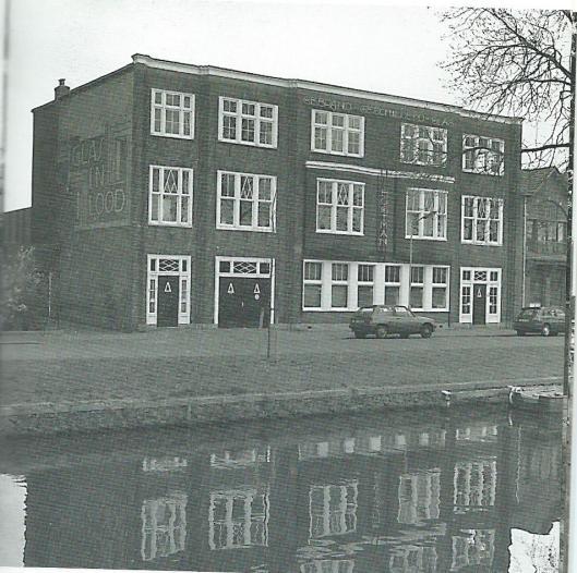 Het in 1912 opgerichte glazeniers- en glas-in-loodbedrijf W.Bogtman liet in 1917 dit pand met werkplaatsen en bovenwoningen aan de Emmakade bouwen. Aangenomen wordt dat G.G.Lacroix de architect was. In 1944 werd het Atelier Bogtman voortgezet door het Atelier voor Gerbrand Glas Bogtman C.V.. (Uit: Gids voor industriële monumenten in Zuid-Kennemerland , 1996)