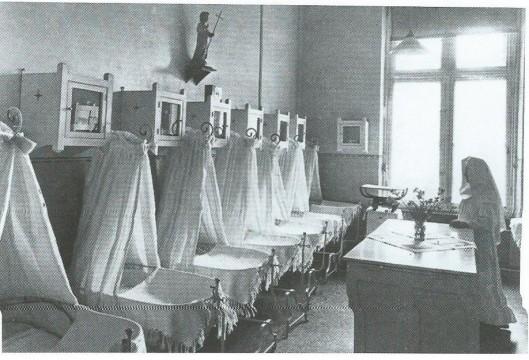 Foto uit 1938 met 7 wiegjes op een rij in de verloskamer van de Mariastichting aan de Kamperlaan.