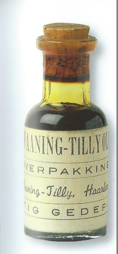 Verpakking van echte èn nagemaakte Haarlemmerolie. Op het flesje staat: C.de Koning-Tilly, Claas Tilly had bij testament bepaald dat zijn fabriek moest overgaan aan zijn kleinzoon Leendert Jonkhout. Omdat deze geen kinderen had, ging het bedrijf over aan zijn zuster die getrouwd was met Cornelis de Koning. Hun zoon Claas nam vervolgens in 1786 de zaak over en voegde hij de naam Tilly toe aan zijn eigen naam.